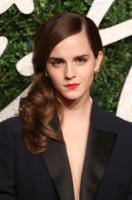 Emma Watson - Londra - 01-12-2014 - Frangetta addio, i capelli si portano con la riga di lato!