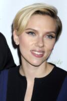 Scarlett Johansson - New York - 18-11-2014 - Frangetta addio, i capelli si portano con la riga di lato!