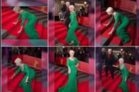 Helen Mirren - 09-02-2015 - Star come noi: mamma che capitombolo!