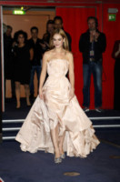 Lily James - Berlino - 13-02-2015 - Le celebrity? Tutte romantiche belle in rosa!