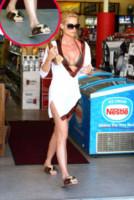 Nicollette Sheridan - Malibu - 17-10-2008 - Celebrity con i piedi per terra: W le pantofole!