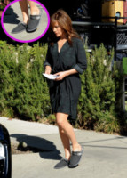Jennifer Lopez - Hollywood - 11-11-2013 - Celebrity con i piedi per terra: W le pantofole!