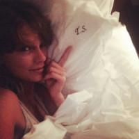Taylor Swift - Hollywood - 23-03-2015 - Questa bottiglia è di Nina Dobrev: c'è scritto sopra!