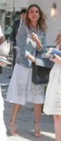 Jessica Alba - Los Angeles - 27-06-2014 - Un classico che ritorna: il giubbotto di jeans