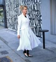 Melanie Griffith - Los Angeles - 06-04-2015 - Primavera 2015: con il soprabito, le celebs vanno… in bianco!