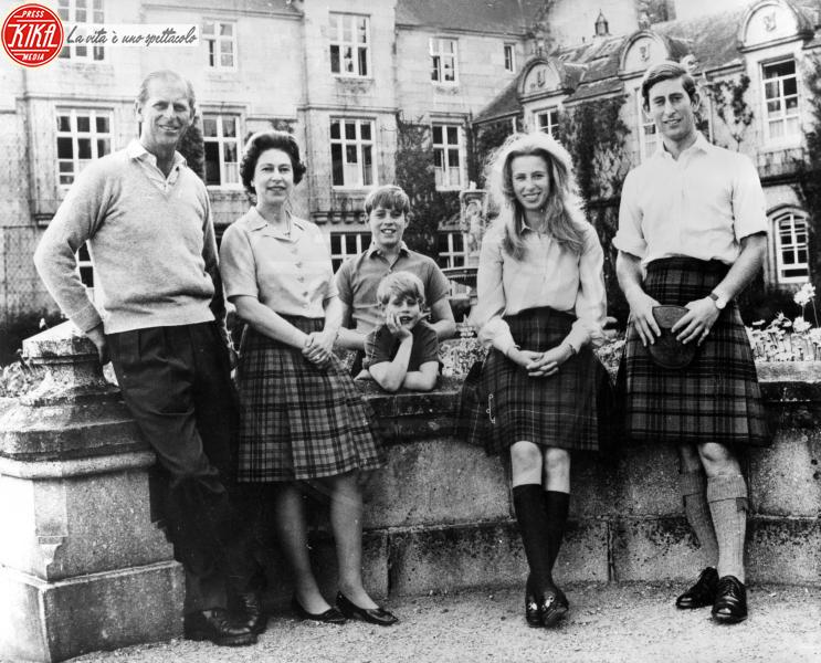 Principe Edoardo, Principe Carlo d'Inghilterra, Principessa Anna d'Inghilterra, Principe Andrea Duca di York, Regina Elisabetta II, Principe Filippo Duca di Edimburgo - Balmoral - 31-10-1972 - Uomini con le gonne: ecco i più sexy in kilt!