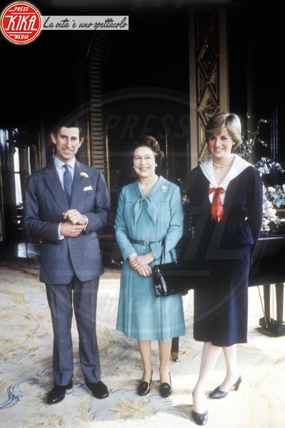 Principe Carlo d'Inghilterra, Regina Elisabetta II, Lady Diana - Londra - 24-02-1981 - Da Elisabetta II a Meghan: gli anelli più preziosi del reame