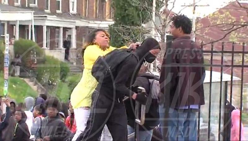 Michael Graham, Toya Graham - Baltimora - 28-04-2015 - Mamma prende a schiaffi il figlio che protesta contro la polizia