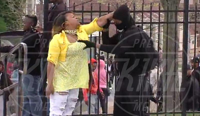 Michael Graham - Baltimora - 28-04-2015 - Mamma prende a schiaffi il figlio che protesta contro la polizia