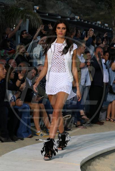 Sara Sampaio - Mykonos - 08-05-2015 - Estate 2018: la sexy-minigonna che fa tendenza tra le influencer