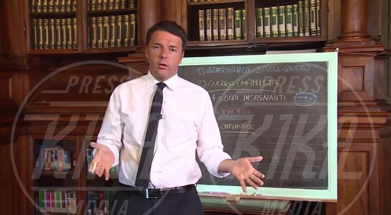 Matteo Renzi - Milano - 14-05-2015 - Matteo Renzi, per i social dietro la lavagna ci va lui