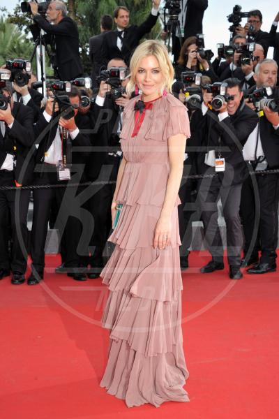 Sienna Miller - Cannes - 24-05-2015 - Balze, fiocchi e gonnelloni: un red carpet da far west!