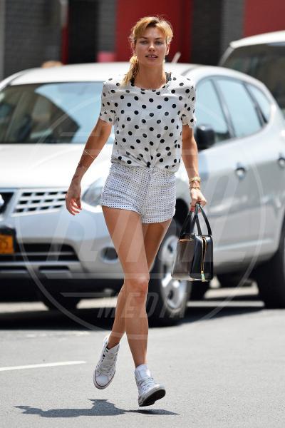 Jessica Hart - New York - 28-05-2015 - È arrivato il caldo: gambe al fresco con gli shorts!
