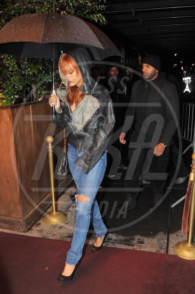 Rihanna - New York - 01-06-2015 - Star come noi: la pioggia non guarda in faccia a nessuno