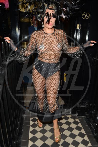 Lady Gaga - Londra - 09-06-2015 - Arriva la tendenza pasties: i cerotti copricapezzoli delle star!