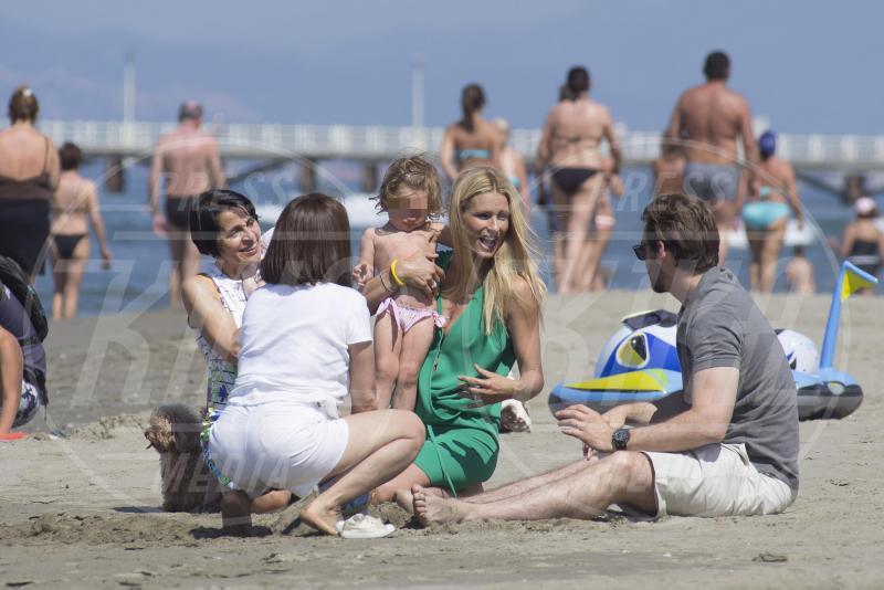 Celeste Trussardi, Sole Trussardi, Tomaso Trussardi, Michelle Hunziker - Forte dei Marmi - 21-06-2015 - Michelle Hunziker, lo stesso bikini vent'anni dopo