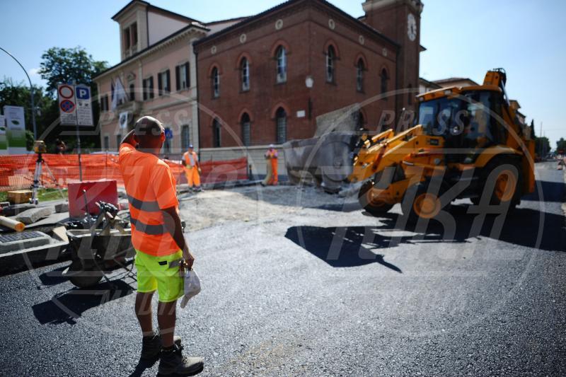 Cantiere - San Lazzaro di Savena - 18-06-2015 - 15 anni a osservare i lavori: capo cantiere ad honorem