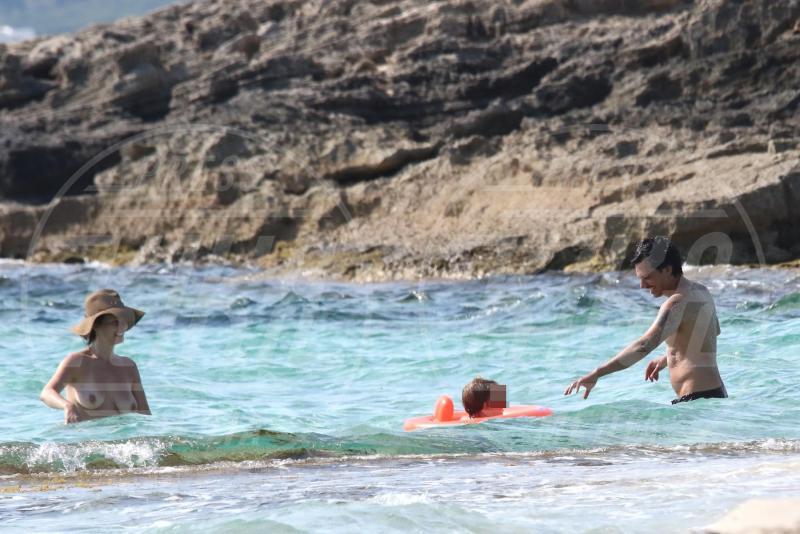 Vasco D'Epiro, Violante Placido - Formentera - 30-06-2015 - Violante Placido si da' al nudismo a Formentera