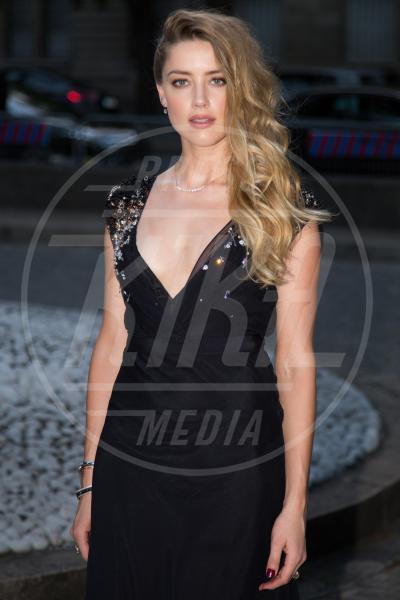 Amber Heard - Parigi - 04-07-2015 - Rimbalzate da uno strip club: la serata di Cara, Margot e Amber