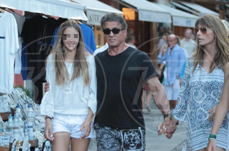 Scarlet Stallone, Jennifer Flavin, Sylvester Stallone - Portofino - 13-02-2042 - Sylvester Stallone, beato tra le (sue) donne a Portofino