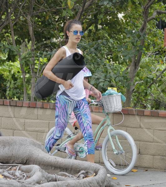 Anja Mazur, Alessandra Ambrosio - Los Angeles - 18-07-2015 - Ma dove vai... se lo yoga non lo fai?