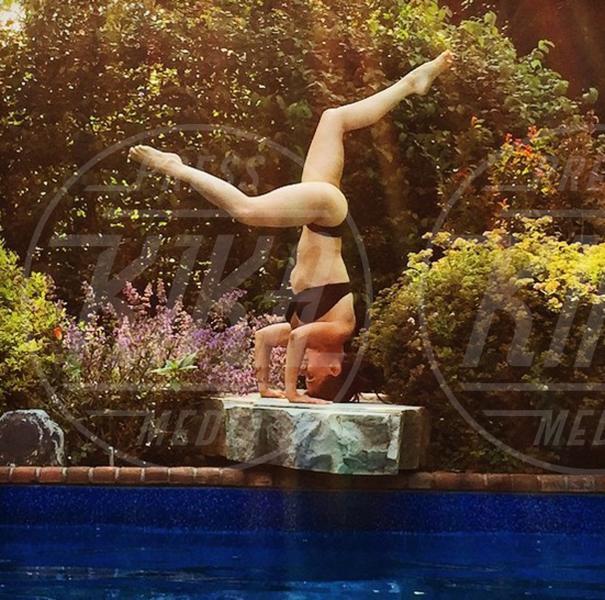 Hilaria Baldwin - 02-08-2015 - Ma dove vai... se lo yoga non lo fai?