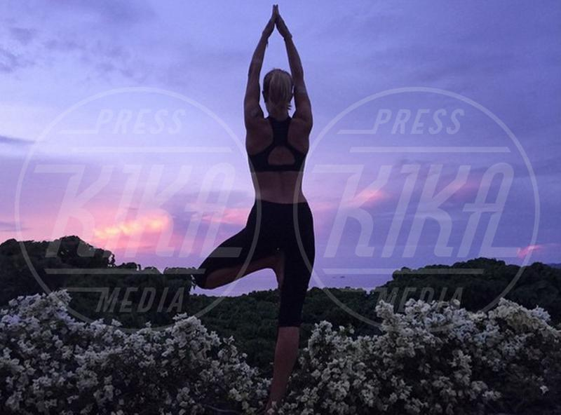 Rosie Huntington-Whiteley - 02-08-2015 - Star come noi: lo yoga è ancora più necessario