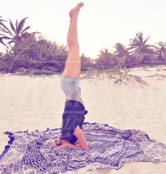 Candice Swanepoel - 02-08-2015 - Star come noi: lo yoga è ancora più necessario