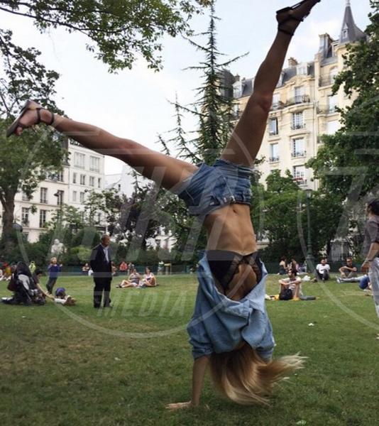 Bar Refaeli - 02-08-2015 - Star come noi: lo yoga è ancora più necessario