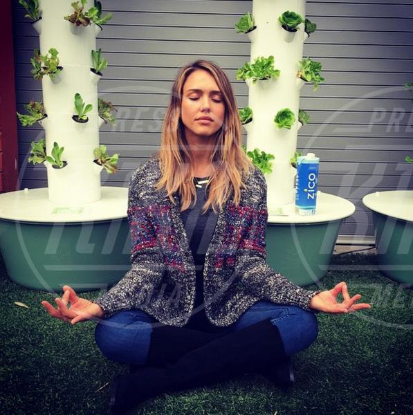 Jessica Alba - 02-08-2015 - Star come noi: lo yoga è ancora più necessario