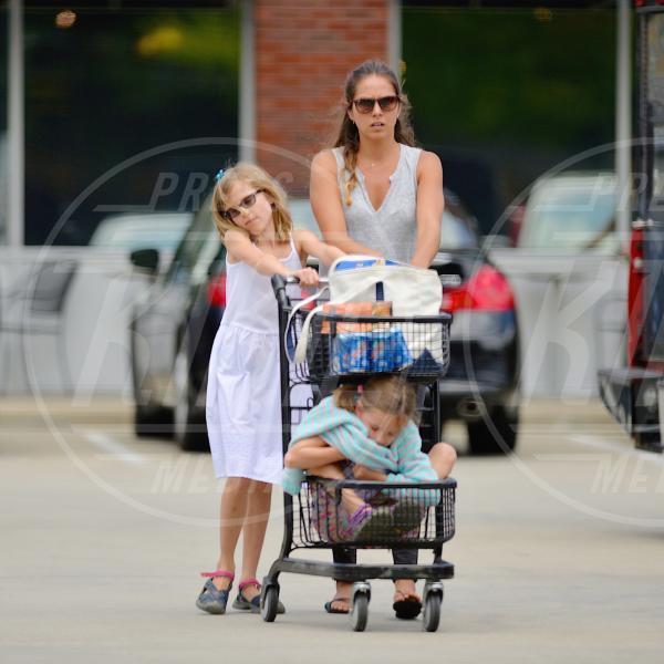 Seraphine Affleck, Violet Anne Affleck, babysitter - New York - 20-08-2015 - Star come noi: è il momento di fare la spesa!