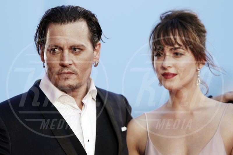 Dakota Johnson, Johnny Depp - Venezia - 04-09-2015 - Venezia 2015: quanto è gonfio Johnny Depp?