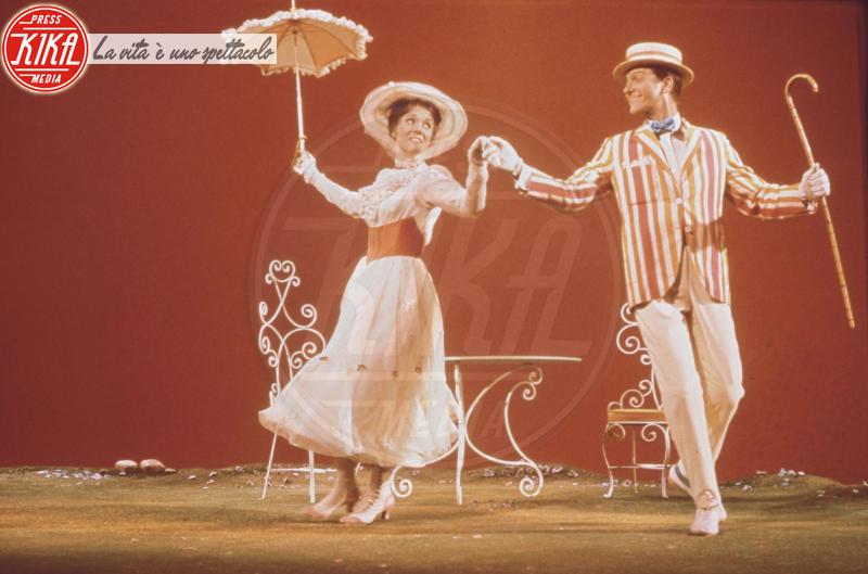 Mary Poppins, Dick Van Dyke, Julie Andrews - 01-01-1964 - Vento dall'est, la nebbia è là: Mary Poppins sta per tornar!