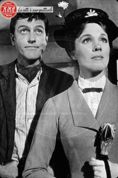 Mary Poppins, Dick Van Dyke, Julie Andrews - Hollywood - 01-06-1964 - Vento dall'est, la nebbia è là: Mary Poppins sta per tornar!
