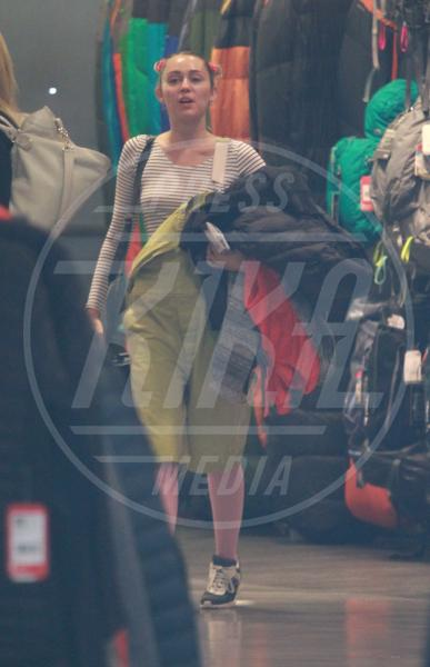 Tish Cyrus, Miley Cyrus - Los Angeles - 15-09-2015 - Un pugno nell'occhio: la salopette verde di Miley Cyrus
