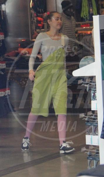 Miley Cyrus - Los Angeles - 15-09-2015 - Un pugno nell'occhio: la salopette verde di Miley Cyrus
