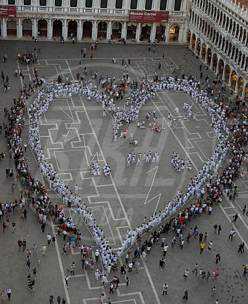 Land Art Venezia - Venezia - 20-09-2015 - Land Art, un grande cuore batte in piazza San Marco