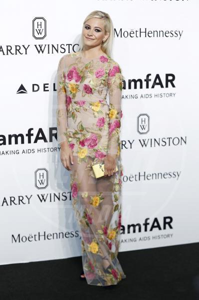Pixie Lott - Milano - 26-09-2015 - Le celebrity? Sul red carpet e fuori sono regine di... fiori!