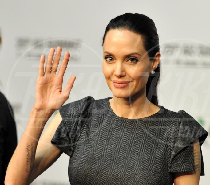 Angelina Jolie - Johannesburg - 12-06-2015 - Angelina Jolie cuoca d'insetti per la troupe della BBC