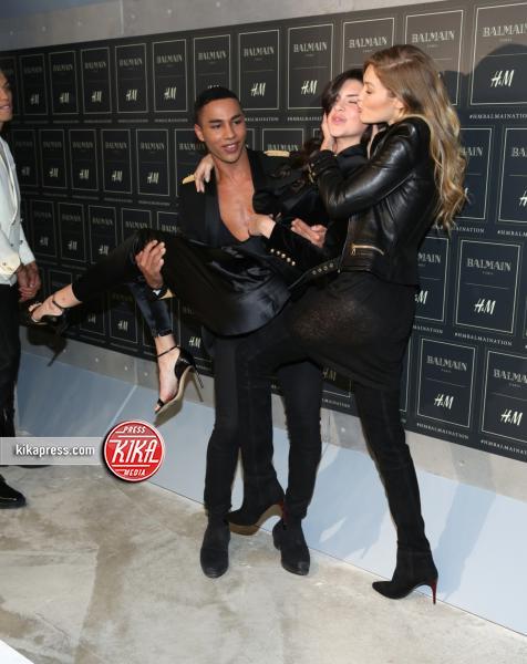 Gigi Hadid, Kendall Jenner - New York - 21-10-2015 - Gigi Hadid è una dama in nero al lancio di Balmain per H&M