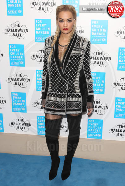 Rita Ora - Londra - 29-10-2015 - Blake Lively: pantaloni? No grazie, sotto la giacca... niente!