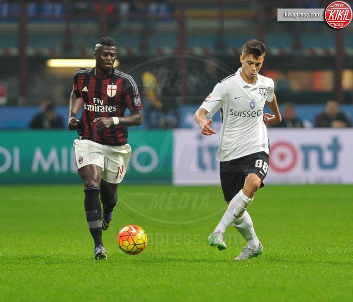 Alberto Grassi, M'Baye Niang - Milano - 07-11-2015 - Kessie, palpatina a Papu Gomez: