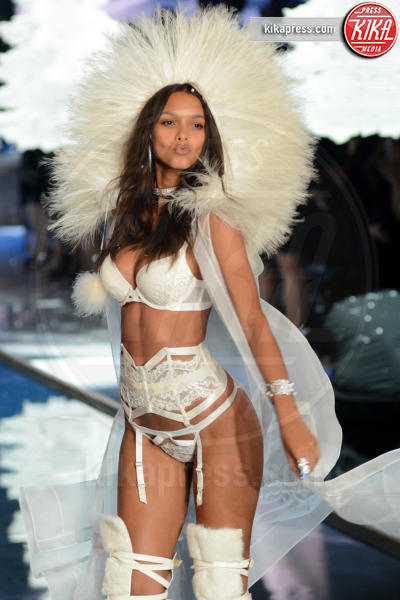 Lais Ribeiro - Queens - 11-11-2015 - Victoria's Secret Fashion Show, 20 anni di angeli in lingerie