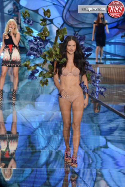 Adriana Lima - Queens - 11-11-2015 - Victoria's Secret Fashion Show, 20 anni di angeli in lingerie