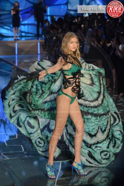 Gigi Hadid - Queens - 11-11-2015 - Victoria's Secret Fashion Show, 20 anni di angeli in lingerie