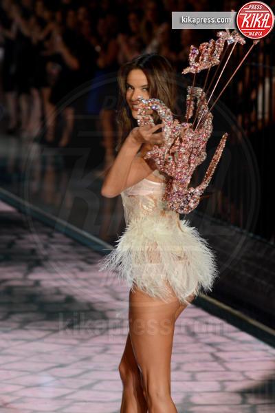 Alessandra Ambrosio - Queens - 11-11-2015 - Victoria's Secret Fashion Show, 20 anni di angeli in lingerie