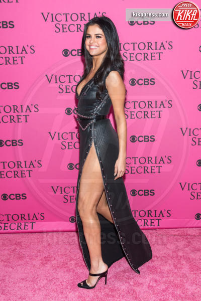 Selena Gomez - New York - 11-11-2015 - Il segreto dello spacco sexy di Rosario Dawson