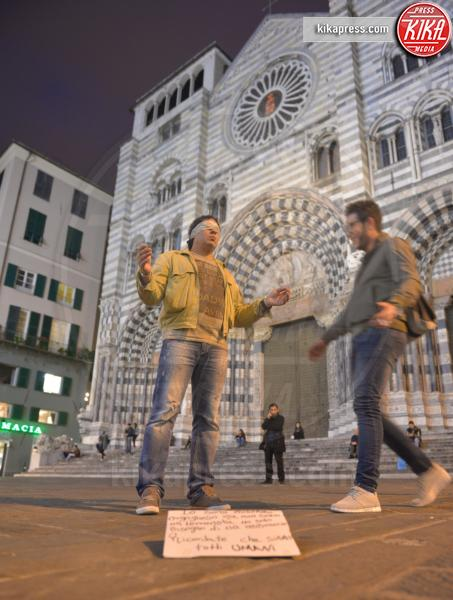 Ashrafi Mohammed - Genova - 16-11-2015 - Ashrafi chiede abbracci: