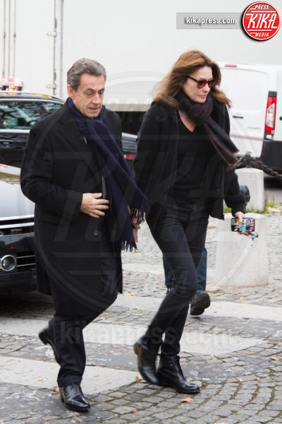 Nicolas Sarkozy, Carla Bruni - Parigi - 10-12-2015 - Sarkozy deriso dai media. Notate nulla in questo scatto?