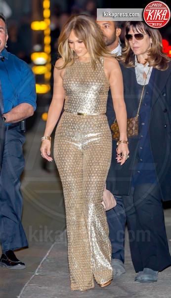 Jennifer Lopez - Los Angeles - 04-01-2016 - Chi lo indossa meglio: Jennifer Lopez o Gigi Hadid?